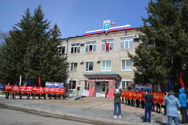 Обзор торжественной Церемонии водружения Знамени Победы на здание администрации города Зеи